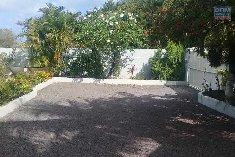 For rent villa F7 in a very popular morcellement close to the sea and amenities in Pereybère.