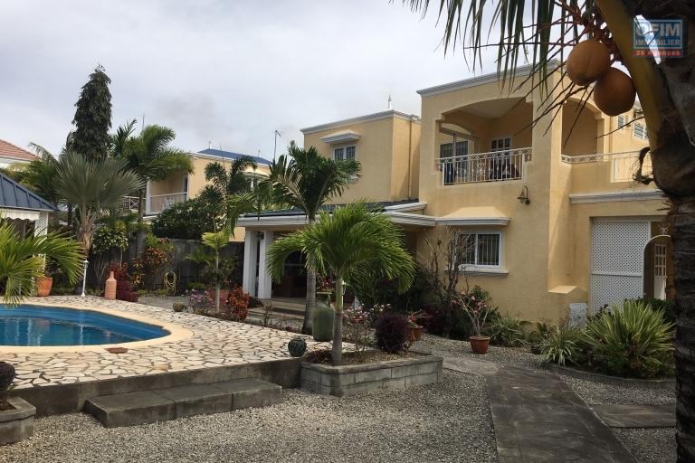 For rent house of character 4 suites with swimming pool, garden of 900 m2 and an outbuilding in Pereybere.