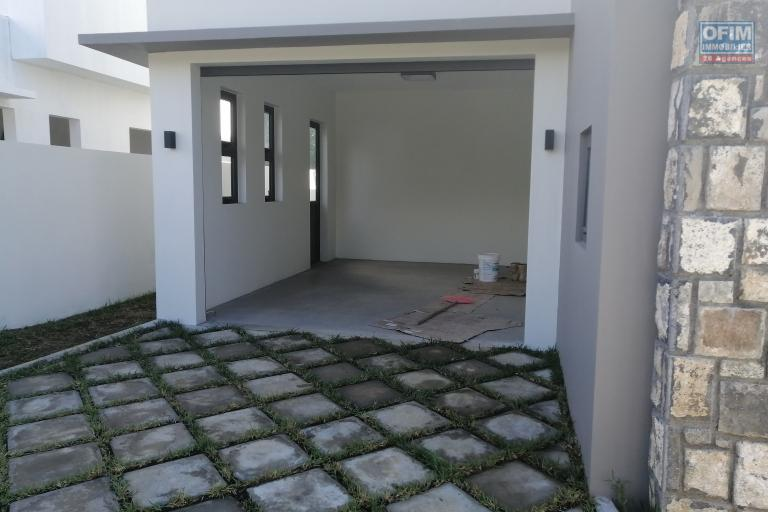 For sale luxurious contemporary villa of 205 m2 with pool and garden not far from the lagoon and shops in Grand Bay.