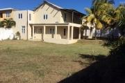 For sale large house F4 240 m2 with huge courtyard and grass in Pointe aux Canonniers.