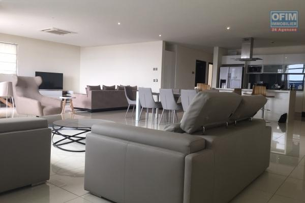 Rent very nice and spacious apartment F4 with sea view close to shops in Grand Bay La Croisette.