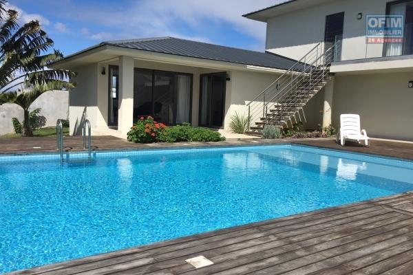 Rent architect villa of 500 m2 on 1500 m2 of land with infinity pool and panoramic view of the private and secure Mont Piton.