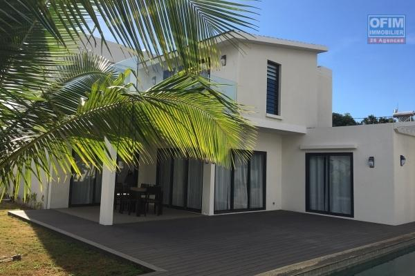 To rent villa of 230 m2 habitable, 4 rooms with swimming pool and 600 m2 of sported garden in a closed and reassured domain in Trou aux Biches.