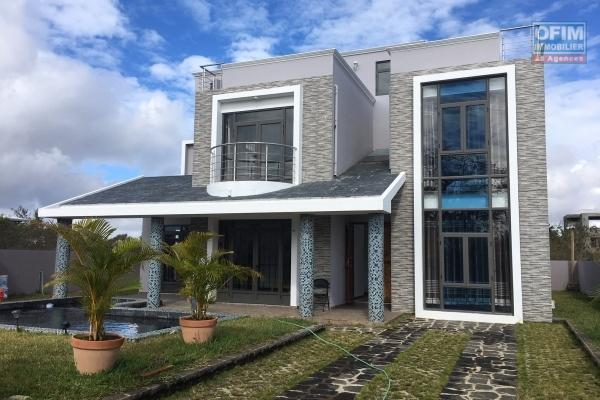 Villa 5 bedrooms and office, swimming pool and garden in private and secure domain in Mont Choisy