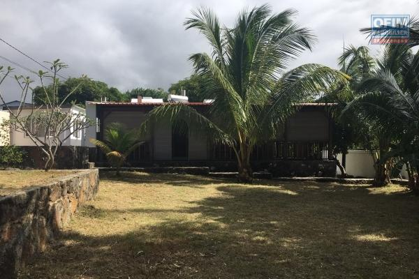 To rent in the long term a creole house of type T3 and an independent studio at 50 meters of the beach in Grand Gaube