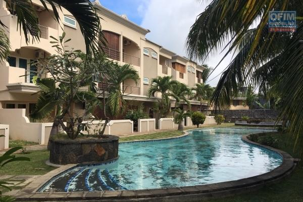 For sale T5 (4 bedrooms) in triplex in a secure residence with shared swimming pool in downtown Grand Bay.