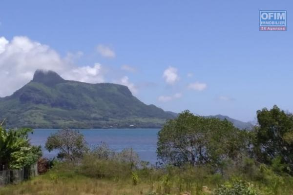 RARE PRODUCT ON THE LOCAL SALE MARKET VILLA OF 1000 M2 HAB UNDER CONSTRUCTION ON A LAND OF 9000 M2 WITH FEET IN THE WATER IN FULL PROPERTY IN ONE OF THE MOST BEAUTIFUL LOCATIONS OF MAURITIUS.