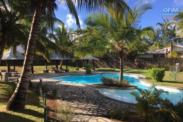 For rent duplex F4 with communal swimming pool and near the lagoon in Bain Boeuf.