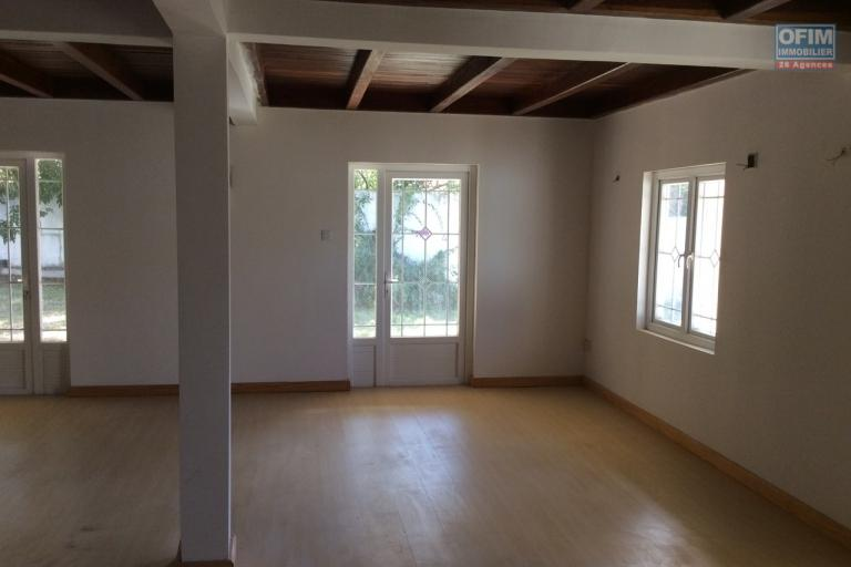 A vendre grande maison F4 de 240 m2 avec immense cour arborée et gazonnée à Pointe aux Canonniers.