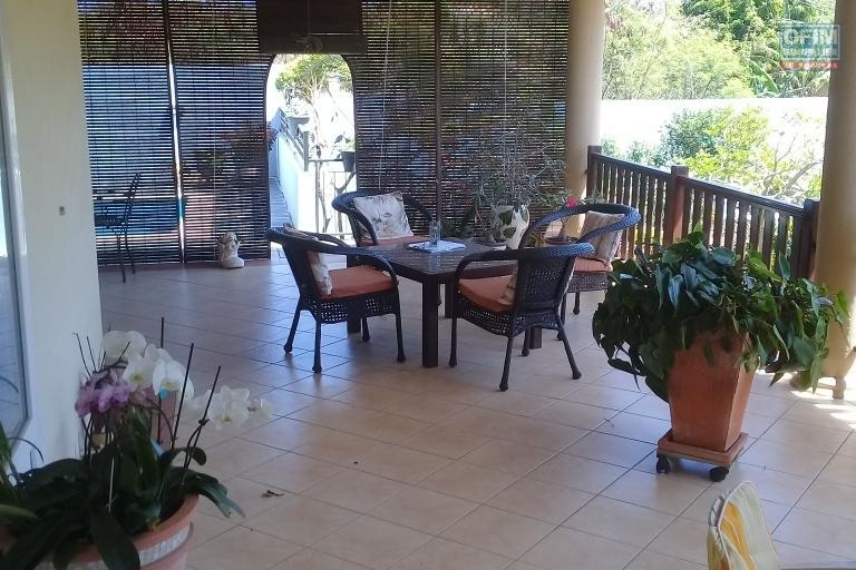 A vendre jolie villa de  caractère F5 de 436 m2 avec piscine privée et beau jardin gazonné à Calodyne.