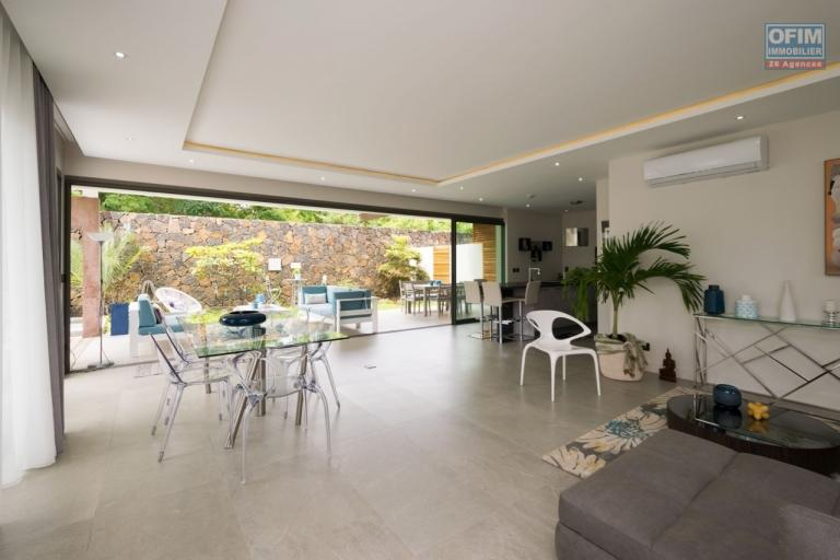 Accessible aux étrangers: Vente belle villa contemporaine neuve de 250 m2 avec piscine et joli jardin arboré à Grand Baie.