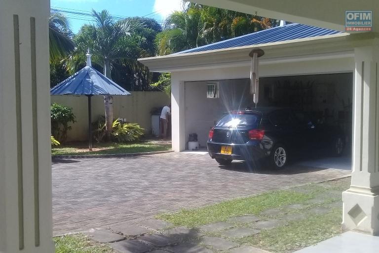 A vendre grande et agréable maison de 405 m2 avec jardin dans un beau quartier à Pointe aux Canonniers.