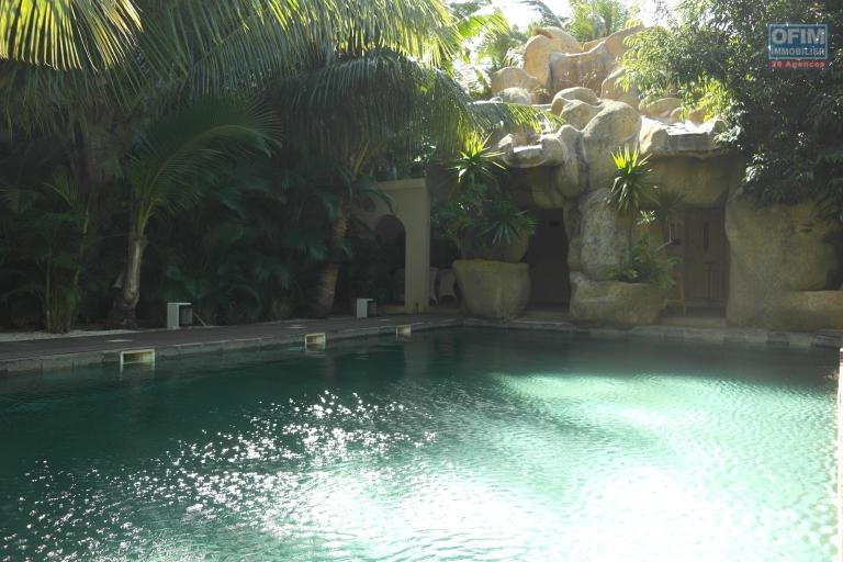 Un petit bijou situé dans un immeuble de haut standing avec une vue sur la mer et tout Flic en Flac avec piscine, spas, hammam, ascenseur, parking couvert et sécurisé avec gardien 24/7.