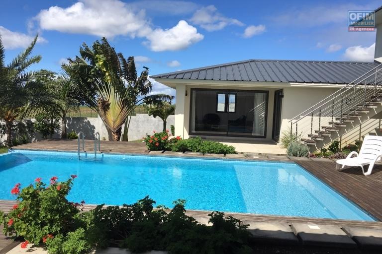 A louer villa d'architecte de 500 m2 habitable sur 1500 m2 de terrain avec piscine à débordement et vue panoramique au domaine privé et sécurisé de Mont Piton.