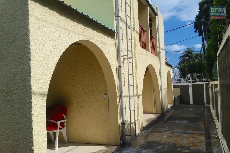 A vendre à Flic en Flac, complexe de 3 appartements avec piscine et grand espace terrasse et parking.