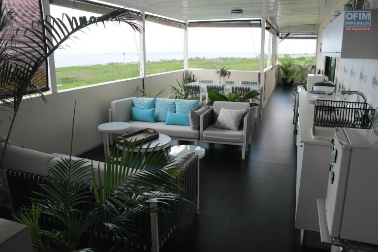 Disponible aux étrangers. Un Penthouse de rêve avec une vue imprenable sur la mer et les montagnes. Situé dans un quartier résidentiel calme et sécurisé de Flic en flac.