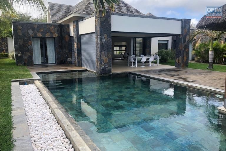 Accessible aux étrangers et aux mauriciens : A vendre une magnifique villa de 370 m2 avec piscine privative à Grand Baie.