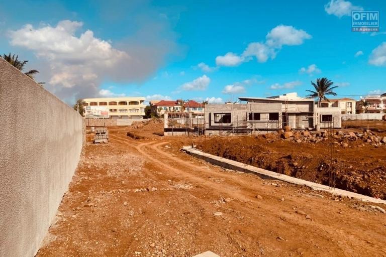 A vendre un programme de 3 villas à 100 mètres de la plage de Trou aux Biches, accessible à l'achat aux étrangers avec un permis de résidence permanent pour toute la famille et aux mauriciens.