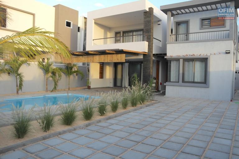Rivière noire à vendre belle villa neuve et contemporaine 4 chambres avec piscine, situé dans un quartier calme et proche des commodités ainsi que de la plage.