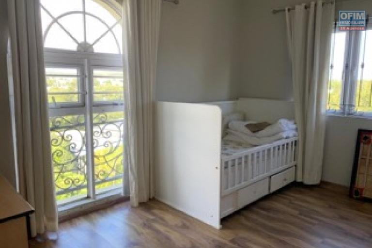 Curepipe à louer charmant appartement 3 chambres situé  au huitièmes étages  avec ascenseur dans une résidence sécurisée proche des commodités