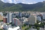 Accessible aux étrangers: A vendre bel appartement F3 de 87.07 m2 avec magnifique vue montagne au centre ville de Port Louis.