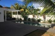A louer villa de 230 m2 habitable, 4 chambres avec piscine et 600 m2 de jardin arboré dans un domaine fermé et sécurisé à Trou aux Biches.
