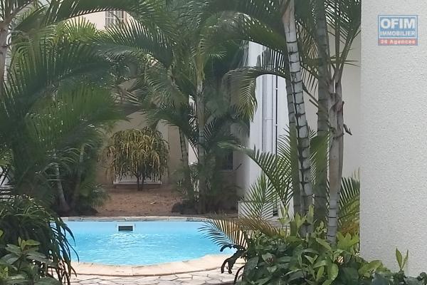 A louer chaleureuse villa meublée de type F4 avec un jardin arborée et gazonnée à Grand Baie.