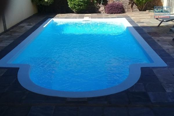 A louer une maison neuve de type T4 avec une piscine privée à Trou aux Biches.