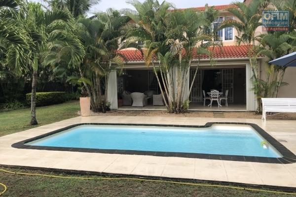 A louer villa de 5 chambres avec une piscine et un jardin arboré dans un domaine privé et sécurisé à Mont Choisy.