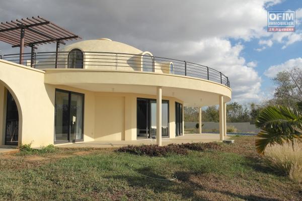 Albion location luxueuse villa 3 chambres neuve avec piscine, salle de sport, suna / hamman