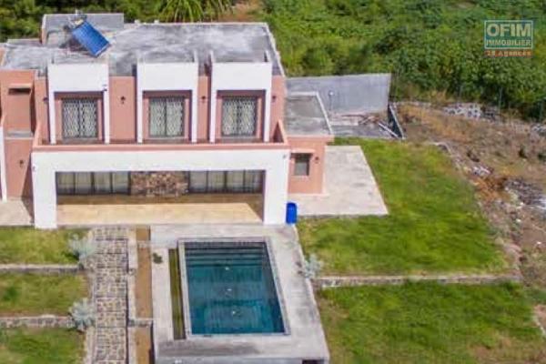 A vendre chaleureuse villa de plain pieds de 250 m2 avec piscine et beau jardin arboré à Cap Malheureux.