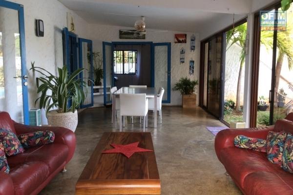 Prix en baisse : A vendre chaleureuse villa de plain pieds de 250 m2 avec piscine et beau jardin arboré à Cap Malheureux.