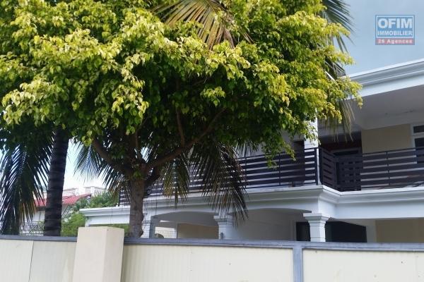 Albion vente appartement accessible aux étrangers, situé au premier étage d'une petite résidence à 2 minutes de la plage à pieds dans un quartier paisible