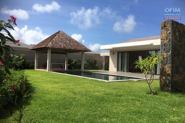 Tamarin à louer belle villa familiale idéalement situé 4 chambres avec piscine, double garage et un immense terrain de 4000m2.