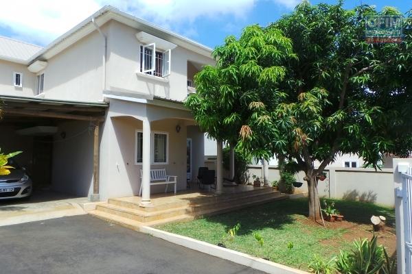 A louer à Flic en flac, une jolie maison meublée de 4 chambres entourée d'une multitude d'arbres fruitiers dans un quartier calme.