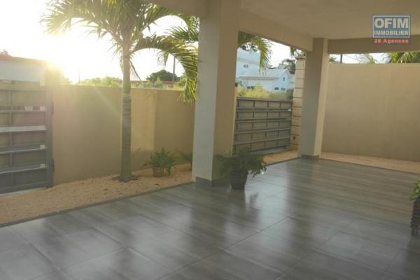 Flic en Flac à vendre villa triplex 3 chambres situé dans une résidence sécurisée avec piscine proche de la plage et des commerces.