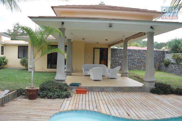 Rivière Noire location agréable et grande villa familiale avec piscine et vaste jardin dans un morcellement résidentiel, calme.