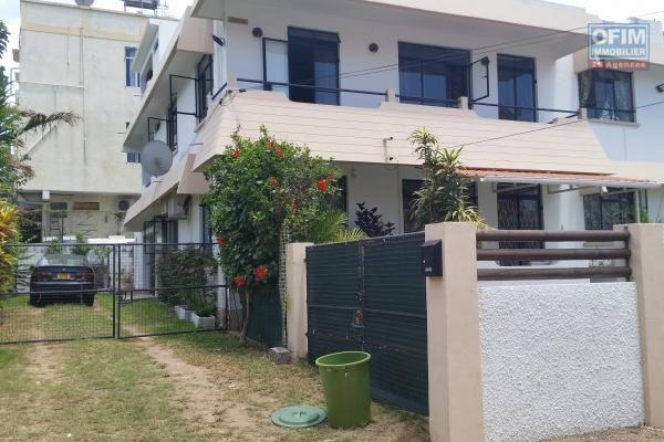 Flic en Flac à louer appartement 3 chambres premier étage avec piscine à 3 minutes de la plage à pieds