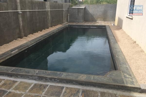 A louer en long terme un beau T4 en rez de chaussée dans une résidence de standing avec piscine collective à Pereybère.