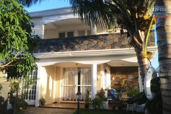 Location long terme, Construction récente, appartement 2 chambres avec piscine dans un morcellement calme de Flic en Flac