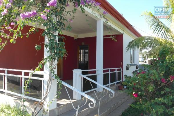 Location long terme à Flic en Flac, duplex jumelé 3 chambres avec toit terrasse et vue de mer à couper le souffle