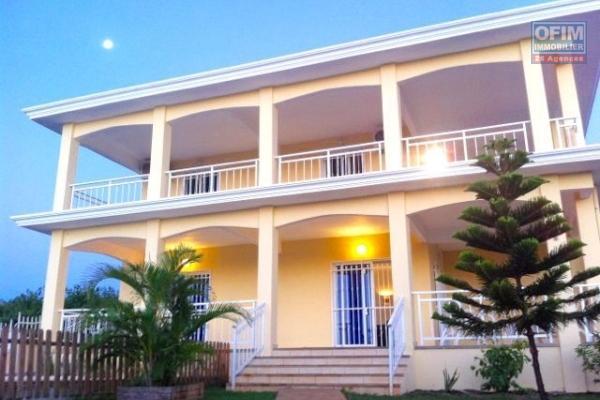 Attrayante et grande villa neuve et meublée avec de nombreux atouts, dans un quartier calme et proche de toutes commodités qui vous ravira à coup sûr.