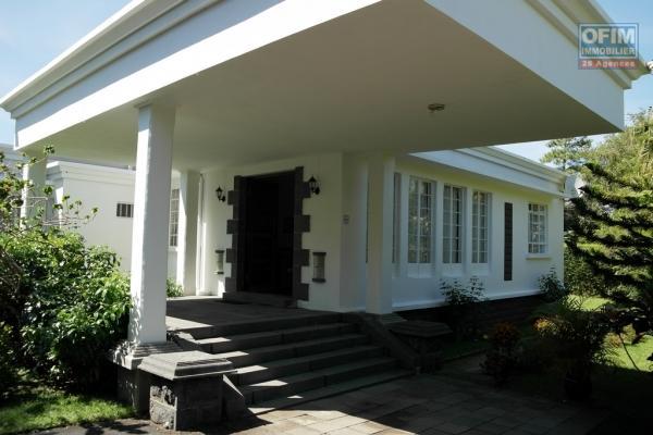 Curepipe charmante villa 3 chambres à louer proche des commerces et écoles dans un carde verdoyant.
