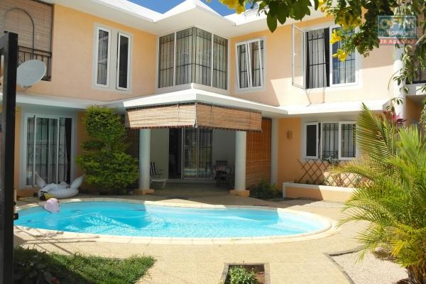 Villa meublée dans un agréable quartier calme et proche des commodités, elle possède une piscine, un terrain clos et un garage.