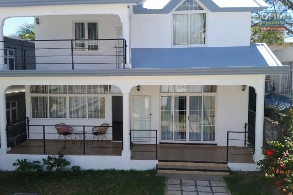 A louer villa T4 avec piscine et 900 m2 de jardin arboré à Roches Noires.