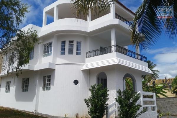 Maison non meublée de 4 chambres plus bureau sur 350 m2 de jardin arboré à Bain Bœuf (150M de la plage) 20,000 Rs par mois.