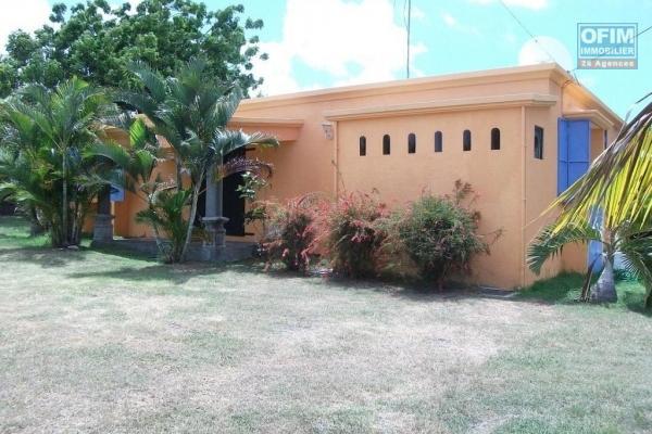 A louer une sympathique villa de plain pied T5 sur 450 m2 de jardin gazonné et arboré à Mon Loisir.