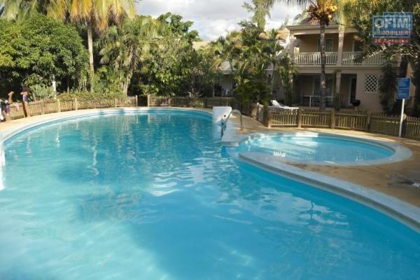 A louer long terme, une spacieuse villa de 3 chambres avec terrain arborer et piscine privée à Flic en Flac