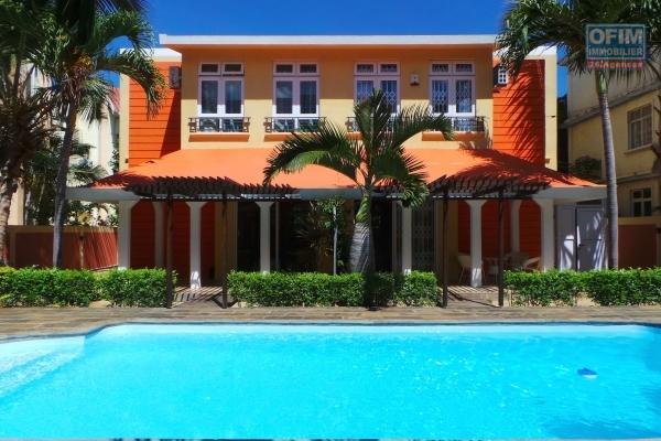 A louer long terme a Flic en Flac, duplex jumelé 3 chambres avec piscine et parking près de la plage et des commodités.