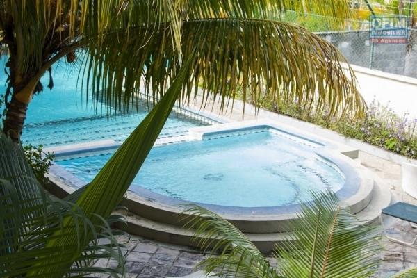 Appartement sur 2 étage à vendre à Flic en flac avec magnifique vue sur la mer et la montagne, avec piscine privée et parking